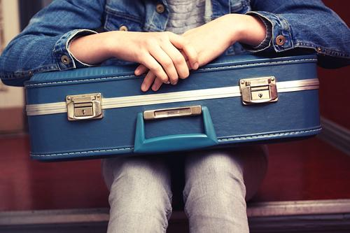 warten I Mensch Ferien & Urlaub & Reisen Jugendliche blau Junge Frau 18-30 Jahre Erwachsene feminin grau Tourismus 13-18 Jahre sitzen Perspektive Beginn retro