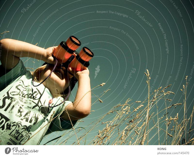 explore Kind Freude Ferne Spielen Suche Fernsehen beobachten Neugier Spielzeug Kleinkind entdecken Blick Kontrolle Publikum Interesse Voyeurismus