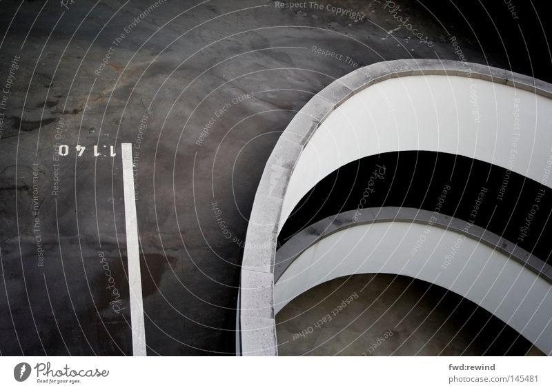Strich in der Landschaft Parkhaus Abgas Stadt parken warten stoppen schwarz grau Beton Teer Asphalt Kurve Wegbiegung Biegung geschwungen Ausfahrt Spirale Ende