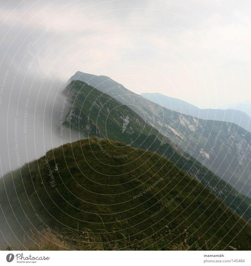 Nebel des Grauens Farbfoto Außenaufnahme Berge u. Gebirge Landschaft Himmel Wolken Wetter Schönes Wetter schlechtes Wetter Wind Gras Gipfel dunkel kalt Angst