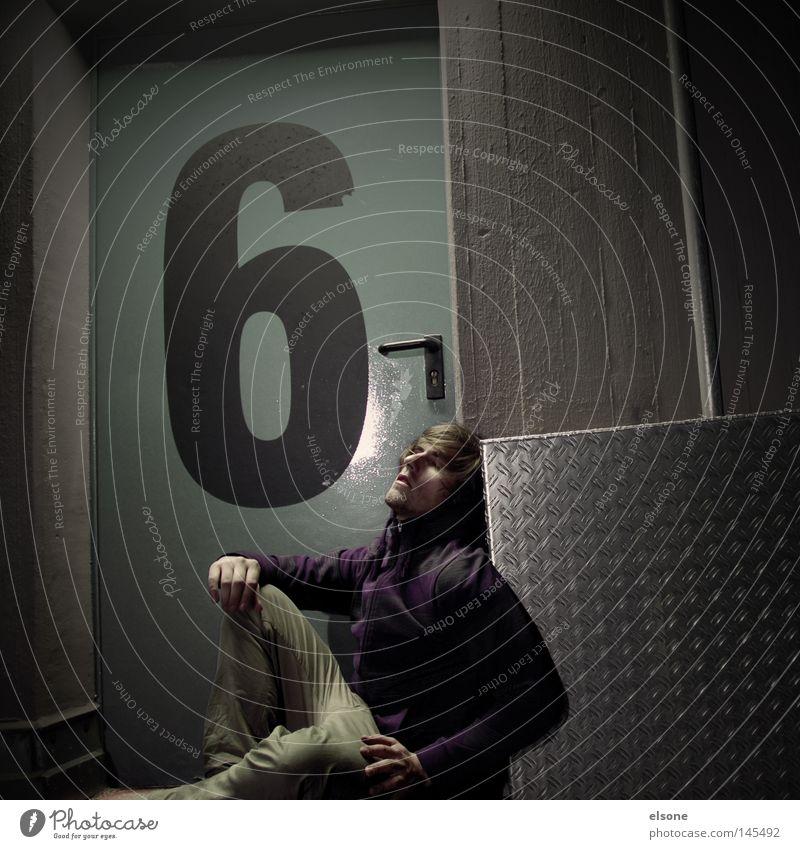 ::6-SETZEN:: Ziffern & Zahlen Tür Abend Nacht Porträt Mensch Mann sitzen Detailaufnahme Abenddämmerung Jugendliche