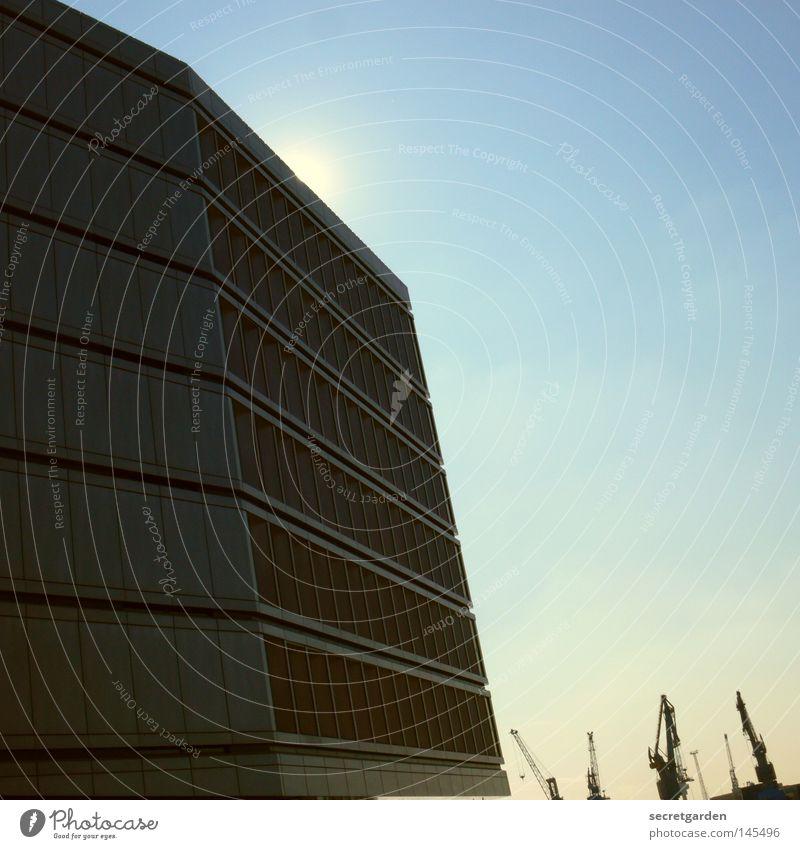 [HH08.3] versteckspiel Hafencity Haus verstecken Fenster Physik angenehm Kran Baustelle klein groß David und Goliath innovativ Beton Bürogebäude Sommer dunkel
