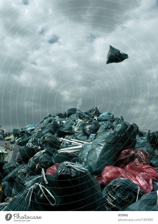 mount müll Wolken Berge u. Gebirge dreckig Umwelt fliegen mehrere Müll Vergänglichkeit obskur viele Schweben Stapel Umweltschutz Müllbehälter entladen aufräumen