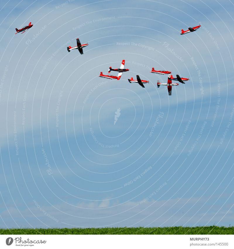 Chaos am Himmel... (der Beginn der Formation Grande) blau weiß grün rot Wolken fliegen Nebel Flugzeug Luftverkehr Show Schweiz Tragfläche chaotisch Artist Dunst