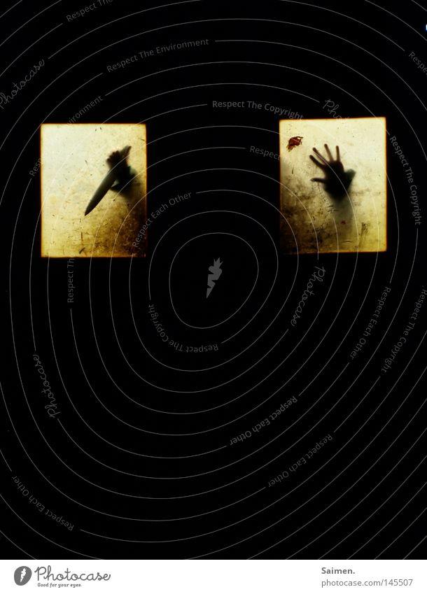 Im Dunkeln lauert der Tod Hand spreizen Finger lang Spitze Fensterscheibe dreckig Tür dunkel schwarz Schatten Silhouette Mensch Waffe Keller gruselig Alptraum