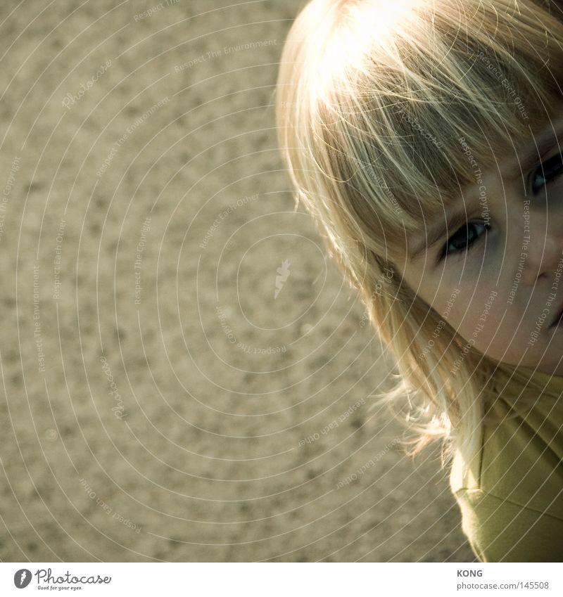 nicht fotokamerieren papa. Auge Blick skeptisch Porträt Kind Pony Hälfte Vogelperspektive ernst Wut angefressen genervt Kleinkind Ärger Blick nach oben child