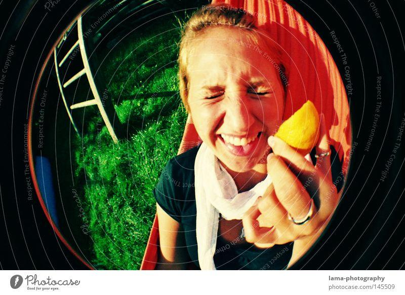 SAUER MACHT LUSTIG Zitrone Vitamin C verrückt Aktion Unsinn Frau Jugendliche Grimasse Verzerrung Hängematte Sommer Sonne Freibad Wiese Fischauge rund