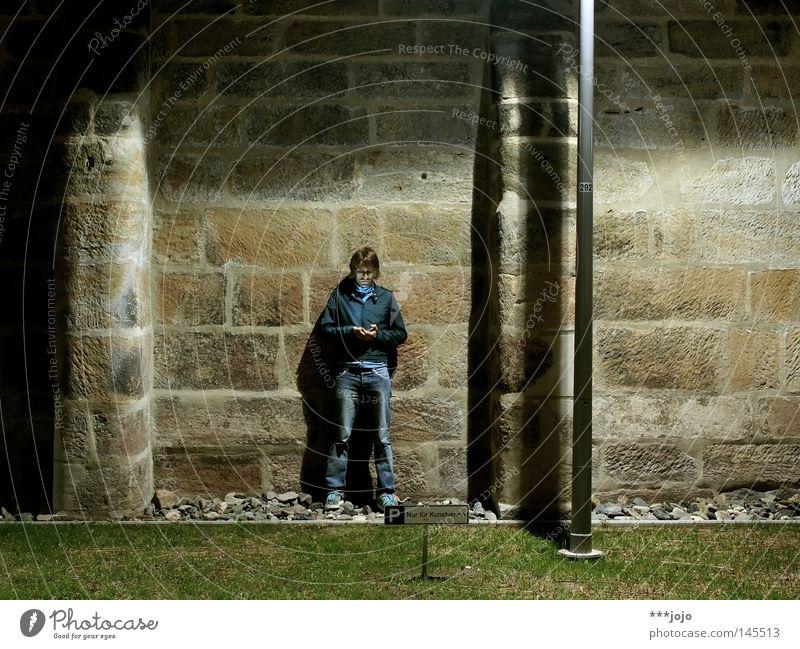 P | Nur für Kunstverein. Mensch Mann Jugendliche blau dunkel Mauer Lampe hell Beleuchtung Schilder & Markierungen Laterne historisch verstecken Typ