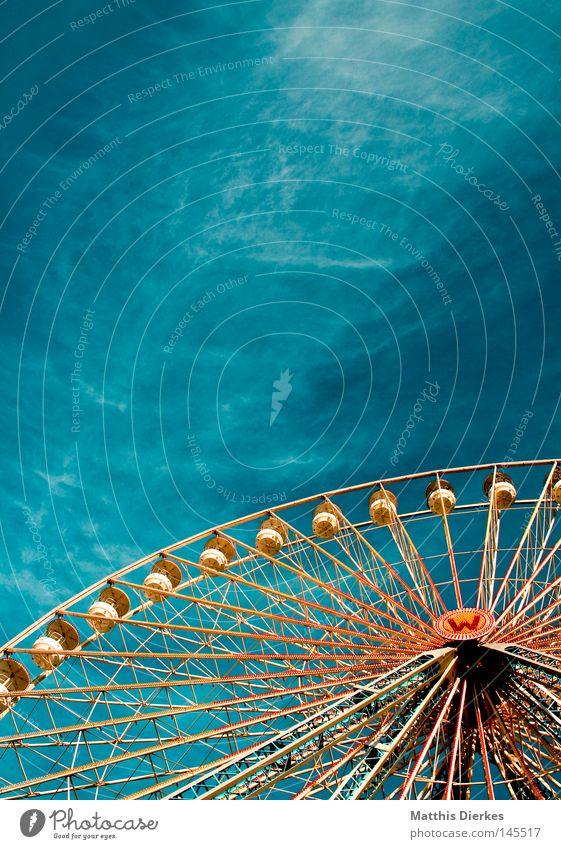 Kirmes Himmel grün schön Freude Wolken Farbe Metall orange hoch Niveau Stahl Jahrmarkt Feiertag Anschnitt Riesenrad streben