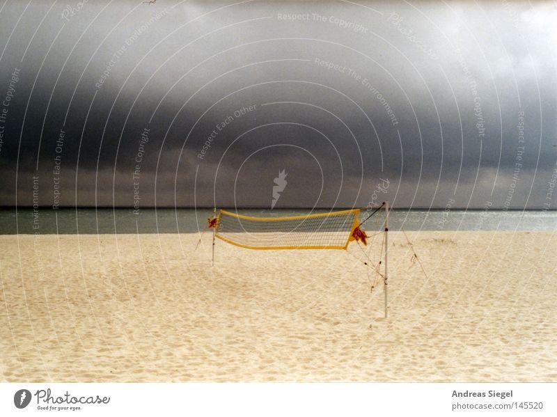 Spielen am Strand Himmel Meer Sommer Ferien & Urlaub & Reisen Wolken Einsamkeit Sport dunkel grau Sand Regen Wetter Netz analog