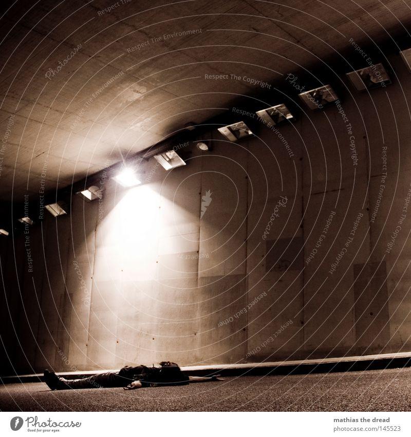 NACHTSCHWÄRMER Mann dunkel Straße Wand Wege & Pfade Beleuchtung Stein Lampe Linie hell Angst dreckig trist stehen Arme leer