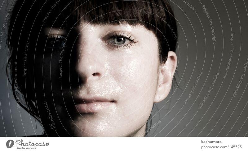 Sonnen- und Schattenseite schön Gesicht Mensch feminin Junge Frau Jugendliche Erwachsene Kopf 1 18-30 Jahre schwarzhaarig brünett kurzhaarig Pony dunkel hell