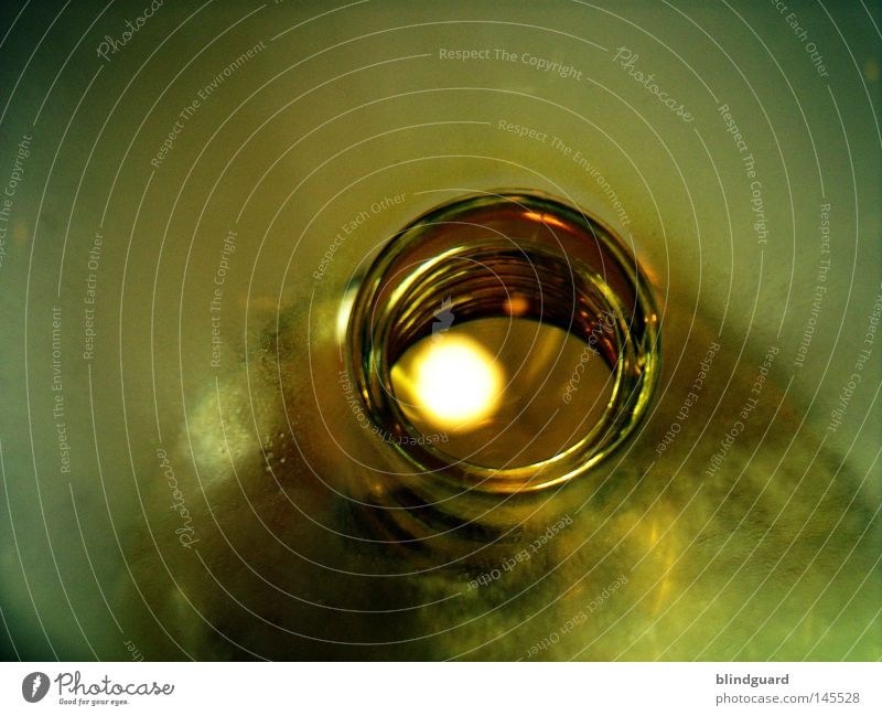 Into The Bottle Glas Flasche Glasbehälter Licht unklar Unschärfe verwaschen Schraubengewinde Drehgewinde Reflexion & Spiegelung Öffnung offen abstrakt