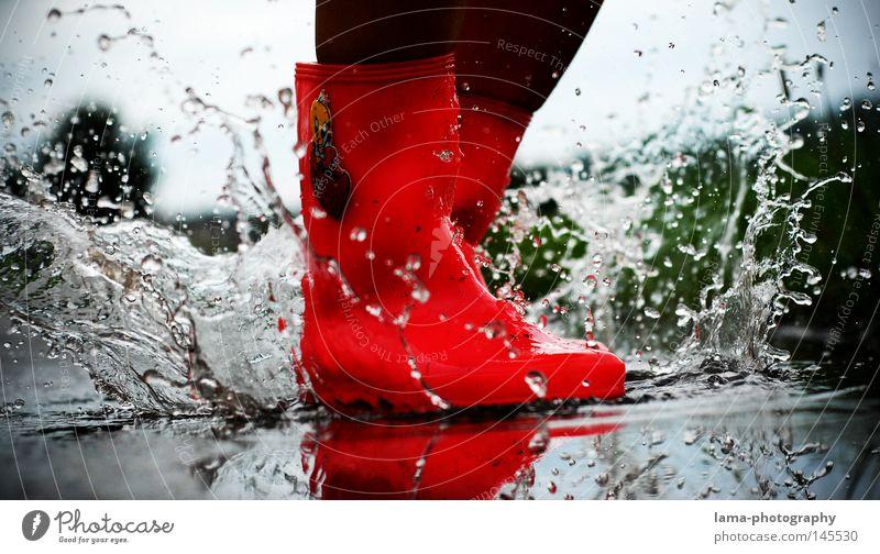 Herbstgeschichten Gummistiefel Stiefel Pfütze spritzen Wassertropfen Regen Unwetter nass spritzig Regenwasser dreckig Stimmung rosa rot springen hüpfen Spielen