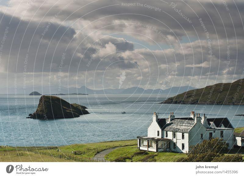 Haus am Meer Wolken Sommer Küste Bucht Insel Schottland Isle of Skye Fischerdorf Einfamilienhaus Fassade dunkel maritim Glück Optimismus Sicherheit Schutz