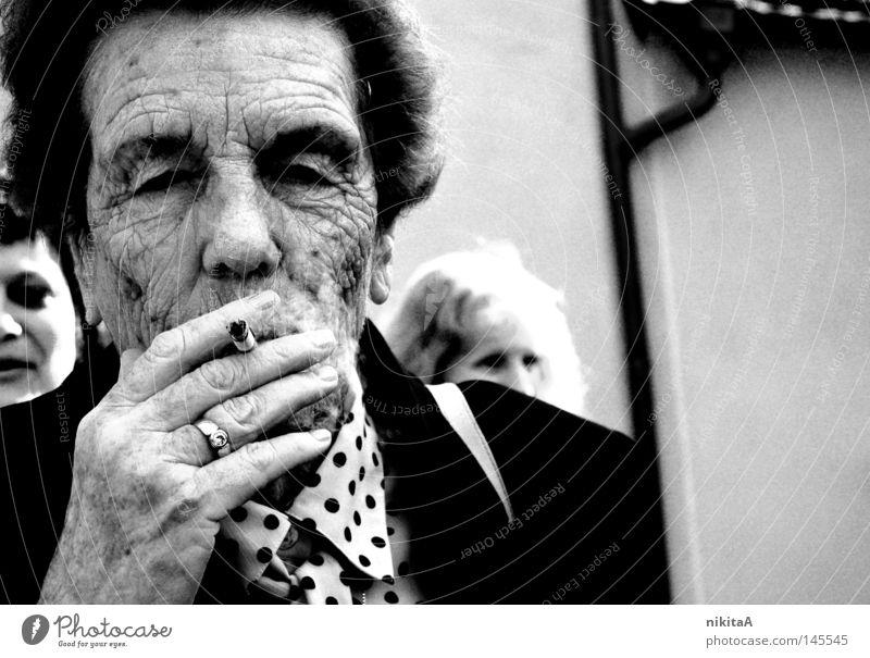 smoke. Großmutter Schwarzweißfoto Rauch Traurigkeit alt Suche rauschig Frau trist