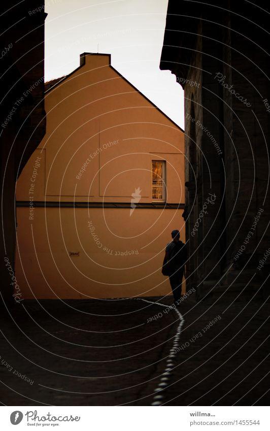 Der Voyeur Mann Erwachsene Fenster Gasse beobachten stehen Voyeurismus Linie Mensch Bamberg Dämmerung Einsamkeit Abend Silhouette To walk the line linientreu