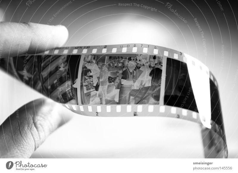 abfotografiertes schwarz-weiß Negativ Freizeit & Hobby Hand Finger festhalten glänzend Sauberkeit negativ Filmmaterial analog Fotografie apx100
