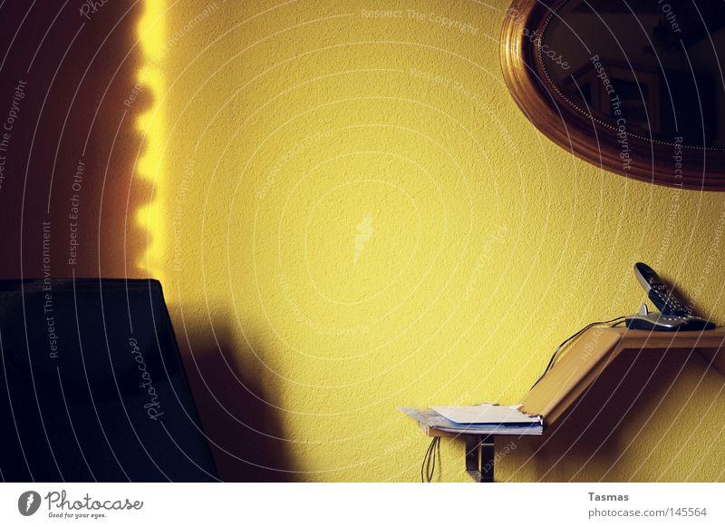 wohnen kompakt Häusliches Leben Wohnung Dekoration & Verzierung Möbel Stuhl Spiegel Wohnzimmer Telefon gelb Wand Regal Bildausschnitt Detailaufnahme