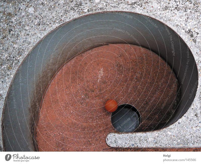 schwungvoll einlochen... weiß rot Sommer Freude Spielen grau orange Freizeit & Hobby Erfolg rund Ball schreiben Punkt Golf Loch