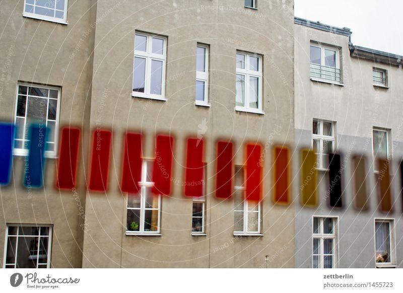 Farbstreifen Haus Wohnhaus Wohnhochhaus Mehrfamilienhaus Hinterhof hinten Gasse Rückansicht Fassade Fenster Fensterfront Farbe Farbselektion mehrfarbig