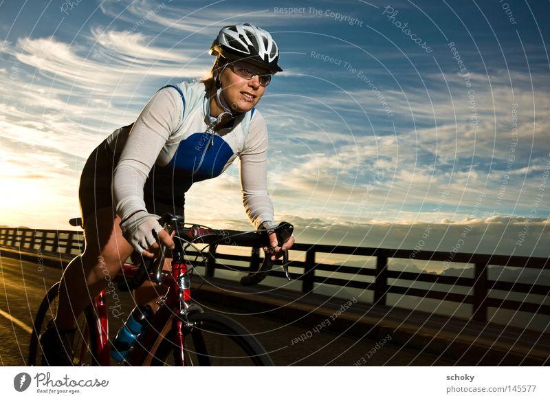 race Rennrad Sonnenaufgang Frau Rennsport fahren Geschwindigkeit Gegenlicht rot Ferien & Urlaub & Reisen Fahrradtour Freizeit & Hobby Fahrradfahren Helm Sport