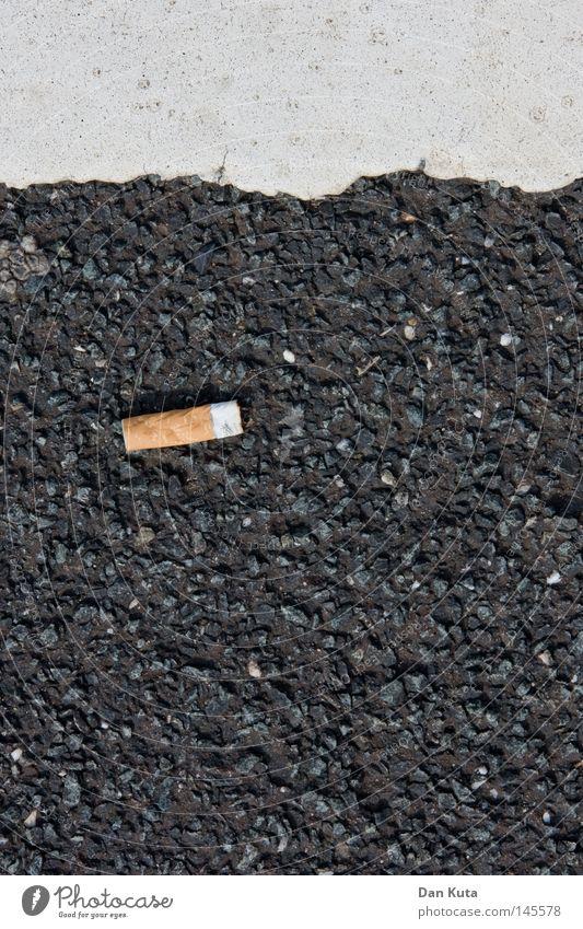 Ordentlich unordentlich Parkdeck parken Asphalt rau steinig Zigarette Tabakwaren Essstäbchen Geometrie graphisch Makroaufnahme Nahaufnahme Bodenbelag Asfalt