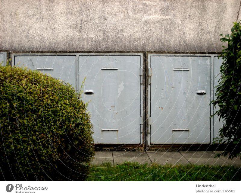 Müllfächer Wiese Wand grau Tür rund Sträucher Kugel obskur Dachboden Müllbehälter eckig Fass Ablage