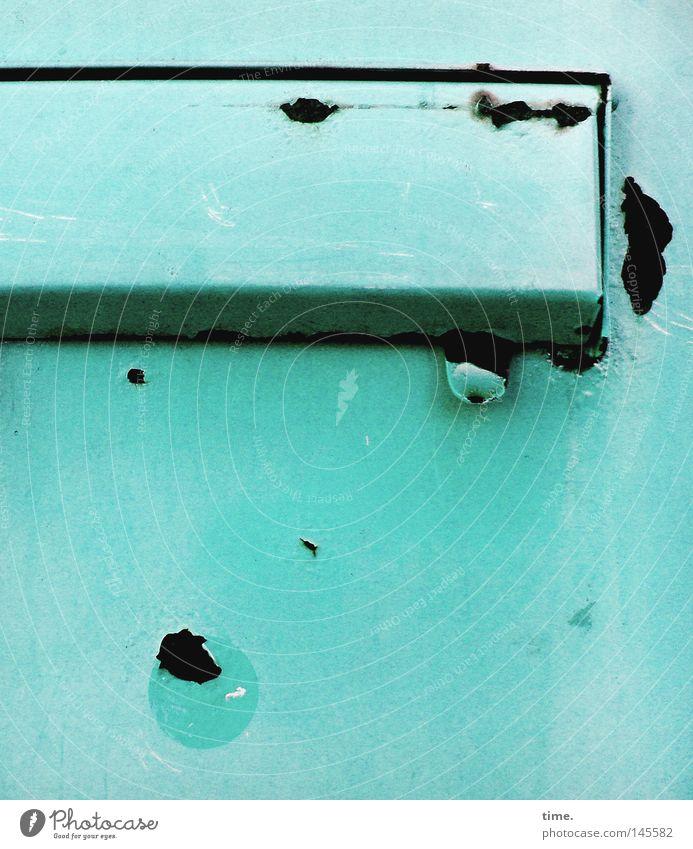 HH08.3 - Informationsversenkungsvorrichtung Post Briefkasten Kasten Metall Rost blau Kratzer Klappe Zweck funktional Verfall verfallen schäbig Bildausschnitt