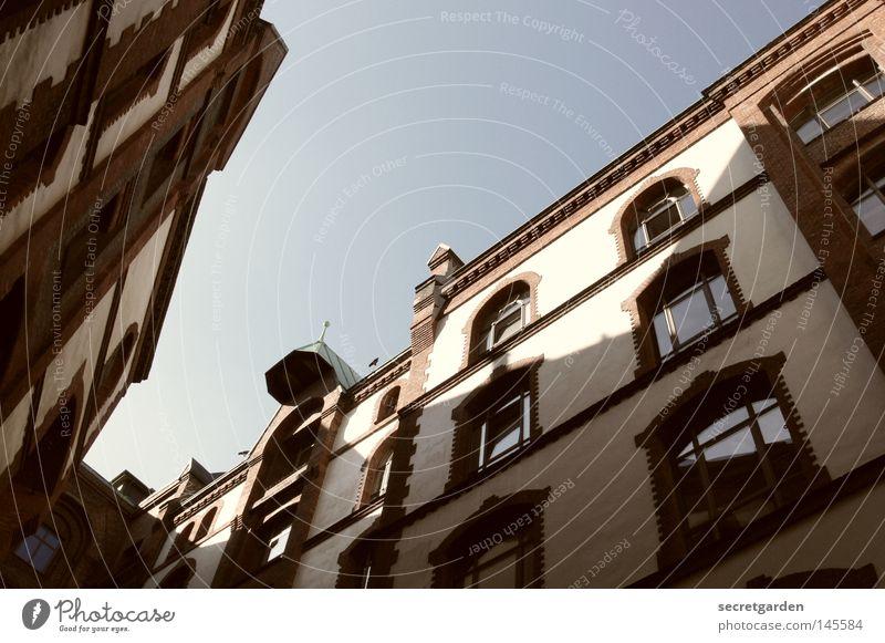 [HH08.3] lichtblicke Himmel alt blau weiß Stadt rot Haus Fenster Architektur Stil Stein Angst Glas Design Hamburg