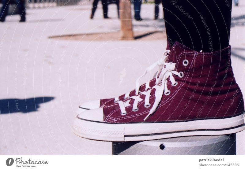 [HH08.3] Standhaft bleiben Schuhe Chucks Schuhbänder Strümpfe Strumpfhose stehen standhaft Gleichgewicht Körperhaltung Silhouette Mode Schatten Platz Fuß