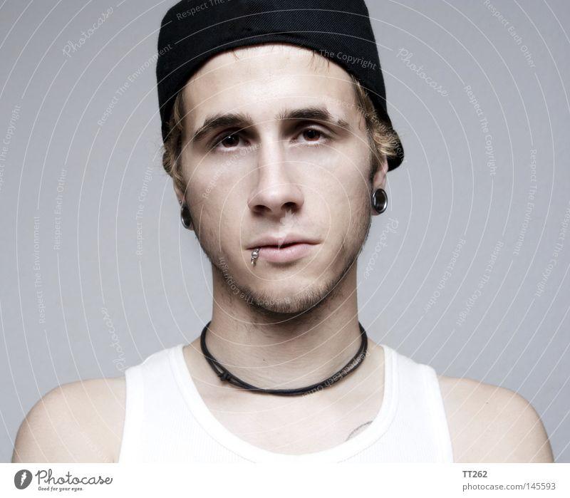 untitled Mensch Mann Porträt trist Tunnel Langeweile Piercing Kopfbedeckung Lippenpiercing Baseballmütze