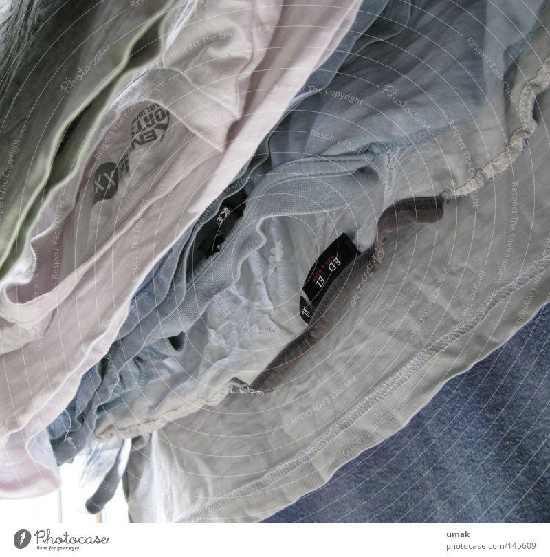 Shirt-Parade Seil Wäsche gewaschen Stoff T-Shirt blau weiß grau frisch diagonal hell-blau Sauberkeit trocken trocknen Wäscheleine aufhängen Wäscheklammern Hemd