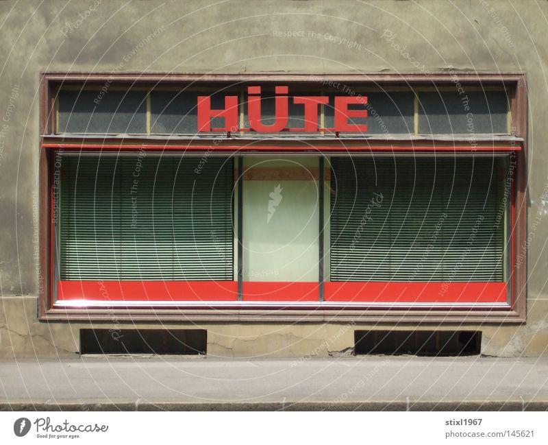 alte hüte Ladengeschäft Hut Schaufenster Fassade Jalousie Fenster Bürgersteig Straße grau braun beige rot Einsamkeit geschlossen verfallen hutfabrik zugesperrt