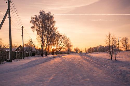 Halt in einer kleinen Stadt Himmel weiß Baum Winter Wald gelb Straße Wiese Gras Schnee Garten rosa Sträucher Europa Eisenbahn Frost