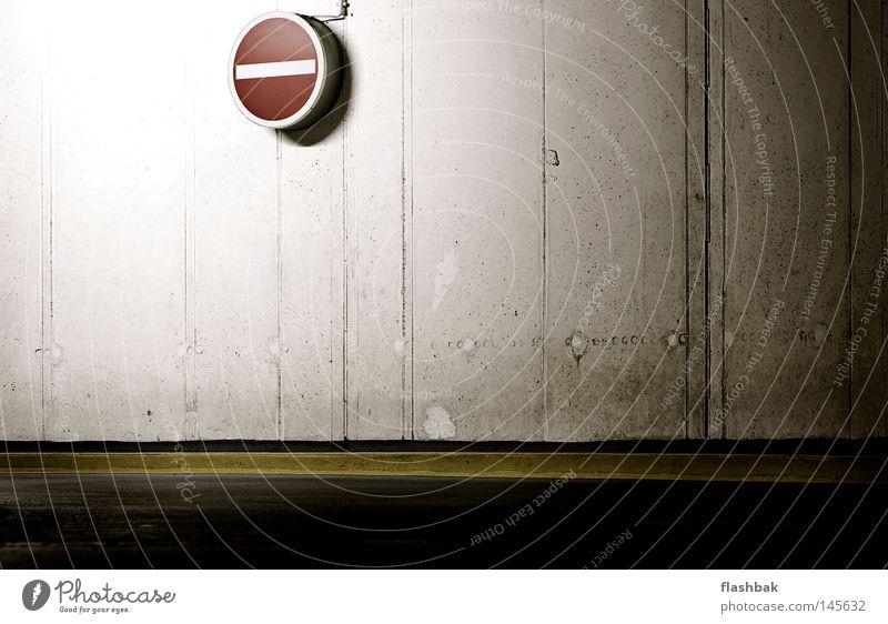 Hier nich lang! Schilder & Markierungen Tiefgarage Beton rot gelb Wand Asphalt Fuge Bordsteinkante Kommunizieren Warnhinweis Warnschild Minus Licht von links