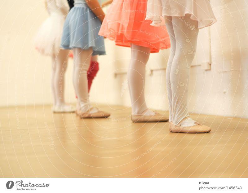 strumpfhosen Mensch Kind schön Freude Mädchen feminin Holz Beine Kunst Zufriedenheit Kraft Kindheit stehen ästhetisch Tanzen Kreativität