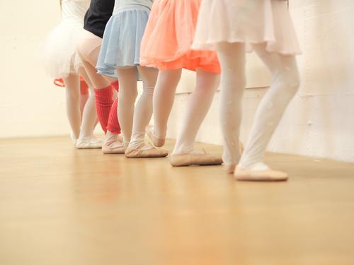 in die knie Tanzen Kind lernen Mensch feminin Mädchen Kindheit Beine 6 Kindergruppe 3-8 Jahre Kunst Tanzveranstaltung Tänzer Musik Musik hören Bühne Rock