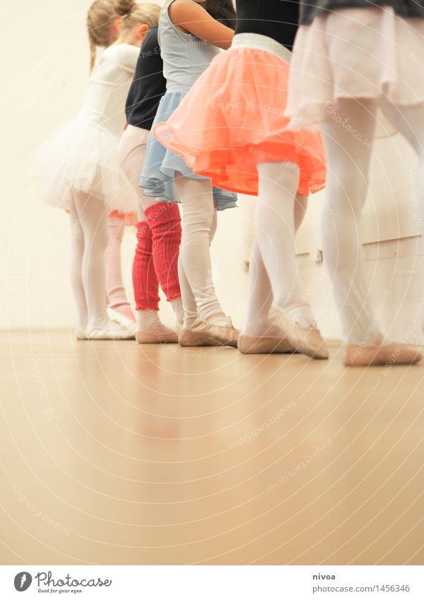 tausendfüssler Mensch Kind schön Mädchen Bewegung feminin Beine Zusammensein Kindheit Fröhlichkeit Tanzen lernen Tanzveranstaltung Kindergruppe Kleinkind Rock