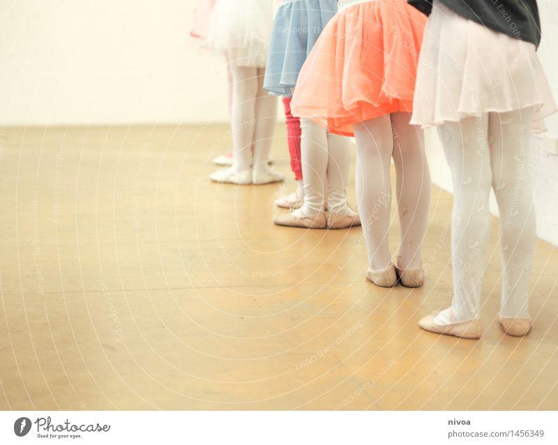 strumpfis Mensch Kind Freude Mädchen Bewegung feminin Beine Kunst Zusammensein Freizeit & Hobby elegant Kindheit stehen ästhetisch Tanzen Lebensfreude