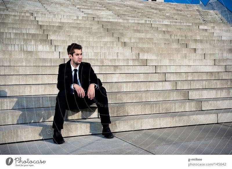 pause Leben Bildung Business maskulin Mann Erwachsene Stadt Gebäude Treppe Anzug Beton Stress Pause Vergänglichkeit Zeit stairs concrete building sitting break
