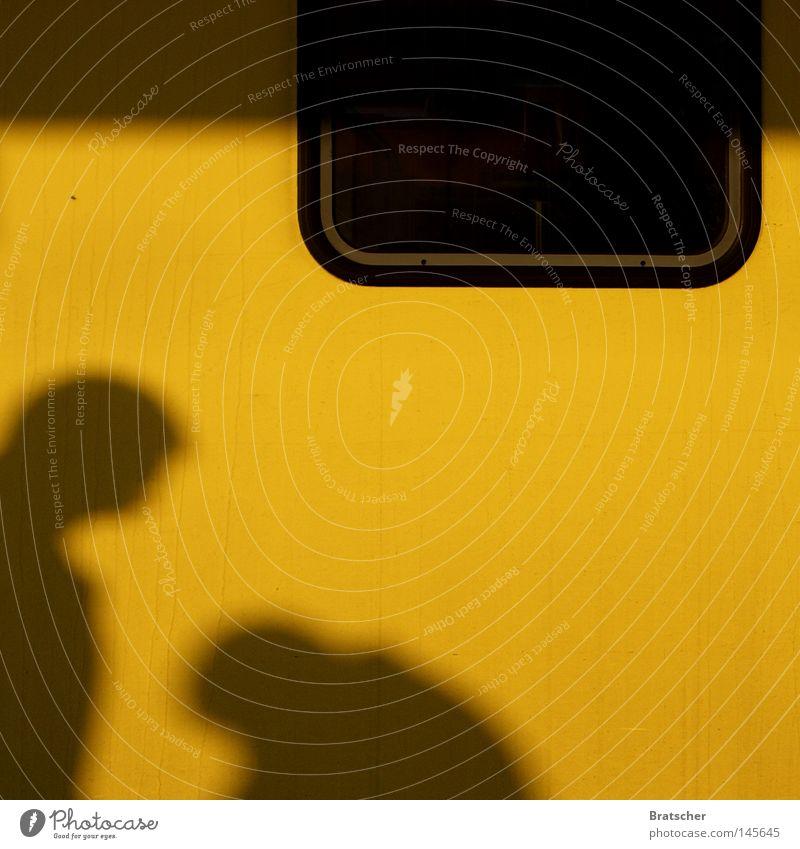 I don't like Mondays. Mensch gelb Fenster begegnen Größenunterschied Vor hellem Hintergrund