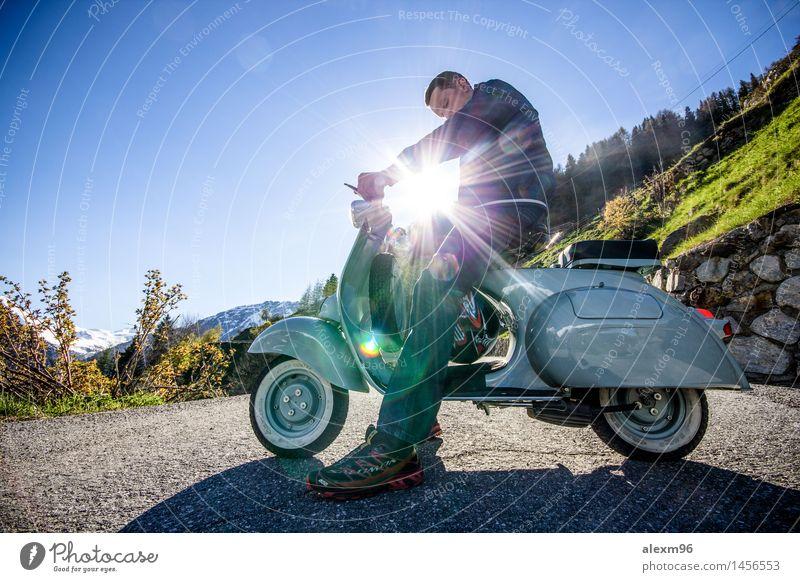 Oldtimer Vespa Motorroller fahren im Sommer Lifestyle Freude Glück Freizeit & Hobby Ausflug Abenteuer Freiheit maskulin Junger Mann Jugendliche 1 Mensch