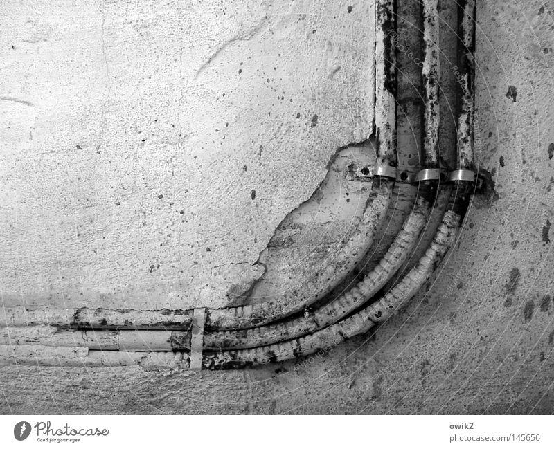 Heißer Draht nach oben Kabel Energiewirtschaft Mauer Wand Fassade alt Bewegung historisch kaputt trashig Hoffnung Verfall Vergänglichkeit Zerstörung Leitung