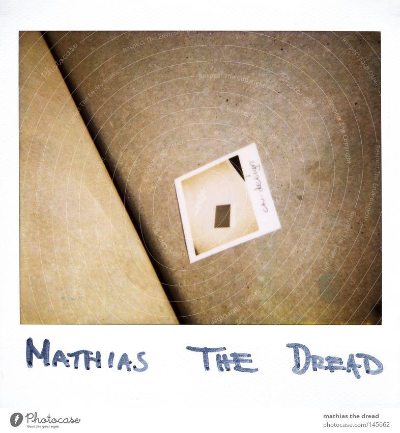 MATHIAS THE DREAD Polaroid Fotografie Körperhaltung Bild-im-Bild Doppelbelichtung 2 Beton Hand festhalten planen Balkon Versuch Horizont grau trist Farbe