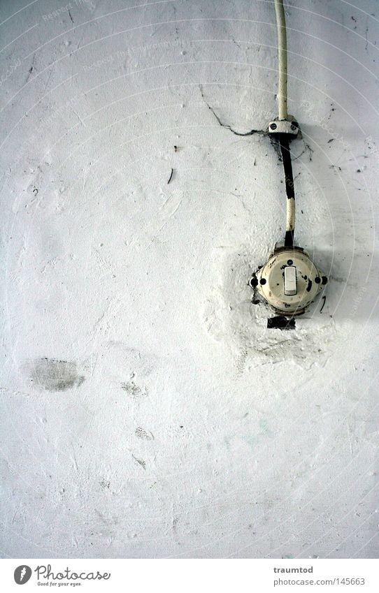 Manchmal... Lichtschalter Schalter Keller Garage Kabel Schatten dreckig Wand weiß Gold Spinnennetz gestrichen Einsamkeit Elektrisches Gerät