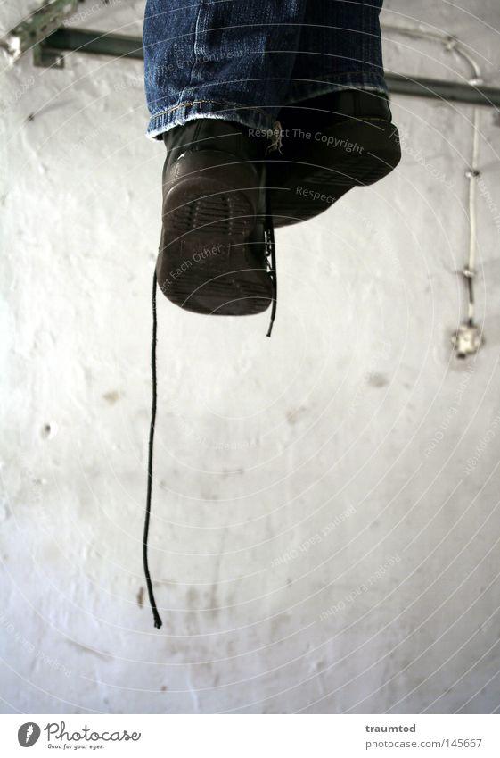 Einfach mal abhängen... Garage Schuhe Schuhbänder Schuhsohle Lichtschalter Jeanshose Jeansstoff Naht erhängen Galgen Tod Selbstmord vergangen Ende Beleuchtung