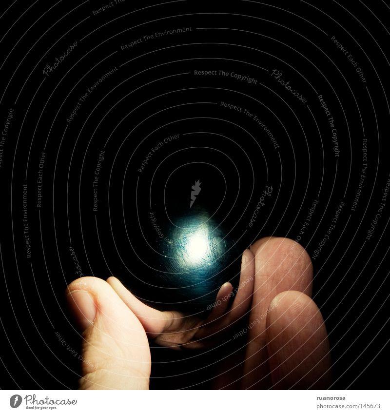 Hand schwarz dunkel Metall glänzend Finger Ball Nachthimmel Kugel obskur Oberfläche Fingernagel Zifferblatt