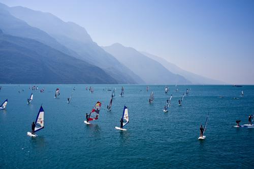 Lago Himmel Natur Ferien & Urlaub & Reisen Farbe Sommer Landschaft ruhig Berge u. Gebirge natürlich Lifestyle Sport See braun Tourismus Horizont