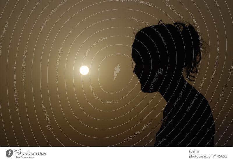 lichtblick Frau Mensch Himmel Sonne Sommer ruhig Einsamkeit dunkel Haare & Frisuren Denken Hoffnung Frieden Abenddämmerung verträumt friedlich